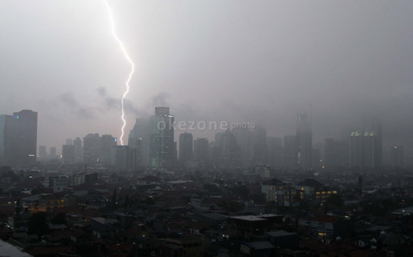 https: img-o.okeinfo.net content 2019 11 04 512 2125469 hujan-lebat-disertai-petir-ancam-wilayah-jateng-0H8e1kSMbb.jpg