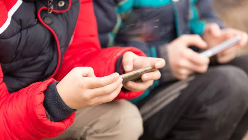 https: img-o.okeinfo.net content 2019 11 05 56 2125990 ini-bahayanya-bila-orangtua-jadikan-ponsel-sebagai-babysitter-untuk-anak-4HKbRMbIlE.jpg