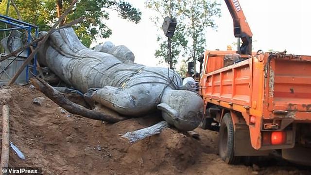 https: img-o.okeinfo.net content 2019 11 06 18 2126660 patung-keberuntungan-jatuh-kepala-desa-tewas-terjepit-di-thailand-ISN9aNX40I.jpg