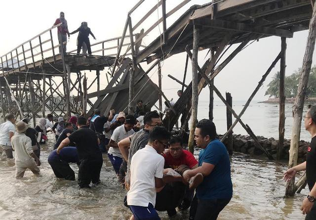 https: img-o.okeinfo.net content 2019 11 07 340 2127139 dua-orang-diperiksa-terkait-robohnya-jembatan-di-montigo-resort-batam-TkwLNHpE2t.jpg