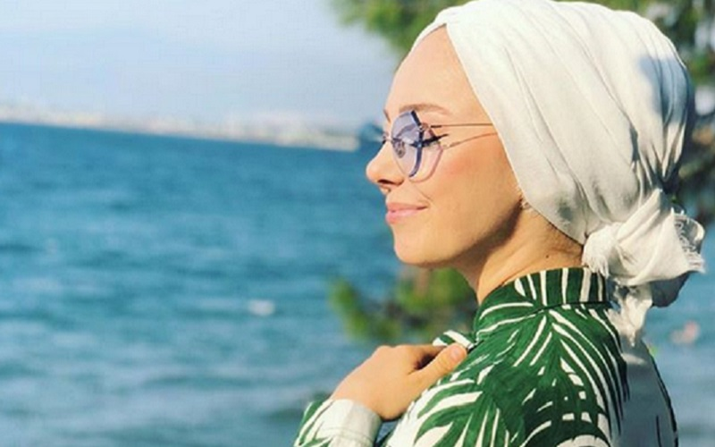 https: img-o.okeinfo.net content 2019 11 07 617 2126934 4-gaya-hijab-motif-daun-daunan-cocok-untuk-menikmati-suasana-tropis-01JJL0H0Nu.jpg