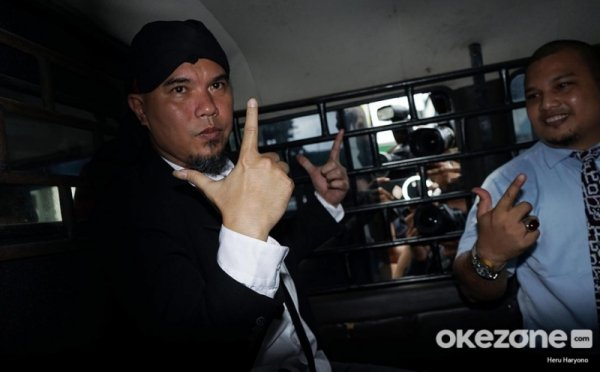 https: img-o.okeinfo.net content 2019 11 08 519 2127170 banding-diterima-hukuman-ahmad-dhani-dipotong-jadi-3-bulan-penjara-drDIu96Aep.jpg