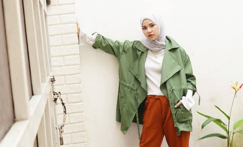 https: img-o.okeinfo.net content 2019 11 08 617 2127252 4-outfit-hijab-jaket-parka-cocok-untuk-musim-hujan-RR87fhY96U.jpg