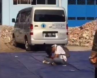 https: img-o.okeinfo.net content 2019 11 09 337 2127758 viral-siswa-sma-tertidur-saat-upacara-dibiarkan-temannya-terlelap-di-tengah-lapangan-slC7hzWrYd.JPG