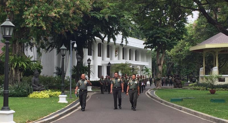 https: img-o.okeinfo.net content 2019 11 14 337 2129746 jokowi-kumpulkan-pangdam-dan-danrem-se-indonesia-di-istana-H0yl1niRpQ.jpg