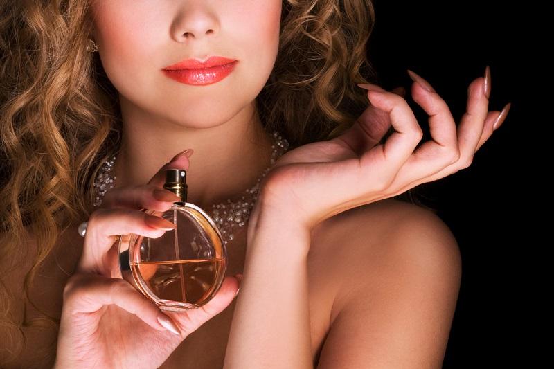 https: img-o.okeinfo.net content 2019 11 14 611 2129829 8-cara-pakai-parfum-yang-benar-biar-wanginya-tahan-lama-4y00cQakuw.jpg