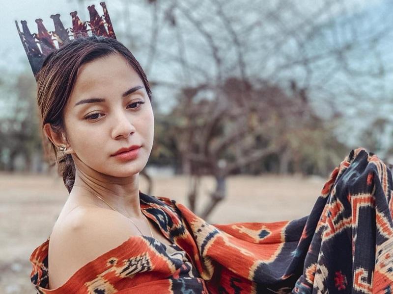 https: img-o.okeinfo.net content 2019 11 15 194 2130458 pesona-kirana-larasati-kenakan-kain-tenun-ikat-sumba-cantik-banget-o7Ia1HwiCy.jpg