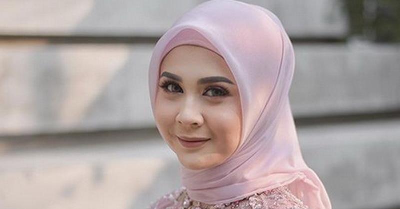 https: img-o.okeinfo.net content 2019 11 15 33 2130184 diminta-hijrah-sebelum-menikah-kesha-ratuliu-akhirnya-dapat-hidayah-ZF0dx6DOQK.jpg