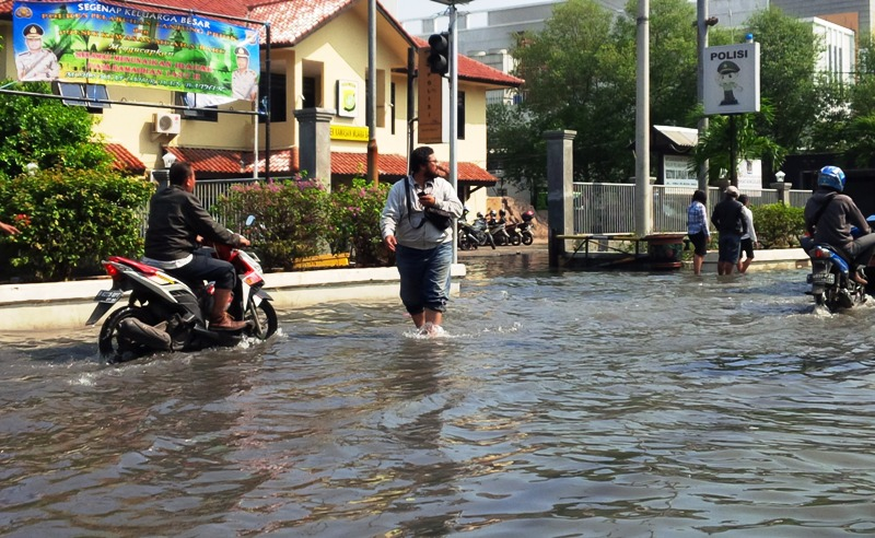 https: img-o.okeinfo.net content 2019 11 15 337 2130457 masih-ada-82-titik-banjir-di-jakarta-penanganan-baru-sebatas-evaluasi-GDfyBGNc1a.jpg