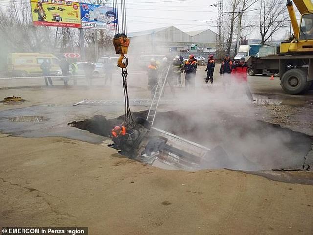 https: img-o.okeinfo.net content 2019 11 19 18 2131970 dua-pria-tewas-terebus-hidup-hidup-usai-mobil-masuk-lubang-berisi-air-panas-Il3oEtSnIP.jpg