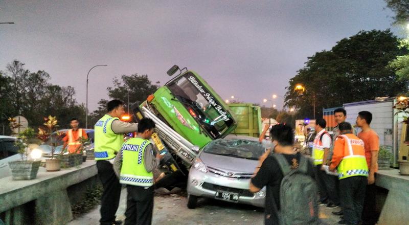 https: img-o.okeinfo.net content 2019 11 19 52 2131913 pengemudi-mobil-penyebab-tertinggi-kecelakaan-di-jalan-tol-nVX3JvIWFs.jpg