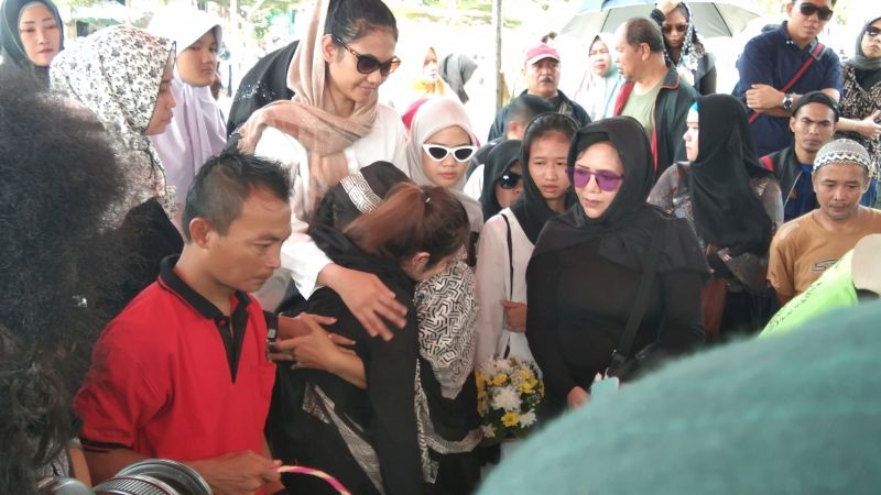 https: img-o.okeinfo.net content 2019 11 20 33 2132101 tangis-keluarga-pecah-saat-hadiri-proses-pemakaman-cecep-reza-r23nNs2G3g.jpg