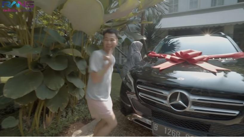 https: img-o.okeinfo.net content 2019 11 21 52 2132773 deretan-mobil-mahal-yang-dibeli-3-artis-indonesia-untuk-orang-tuanya-KKOSnmJPii.jpg