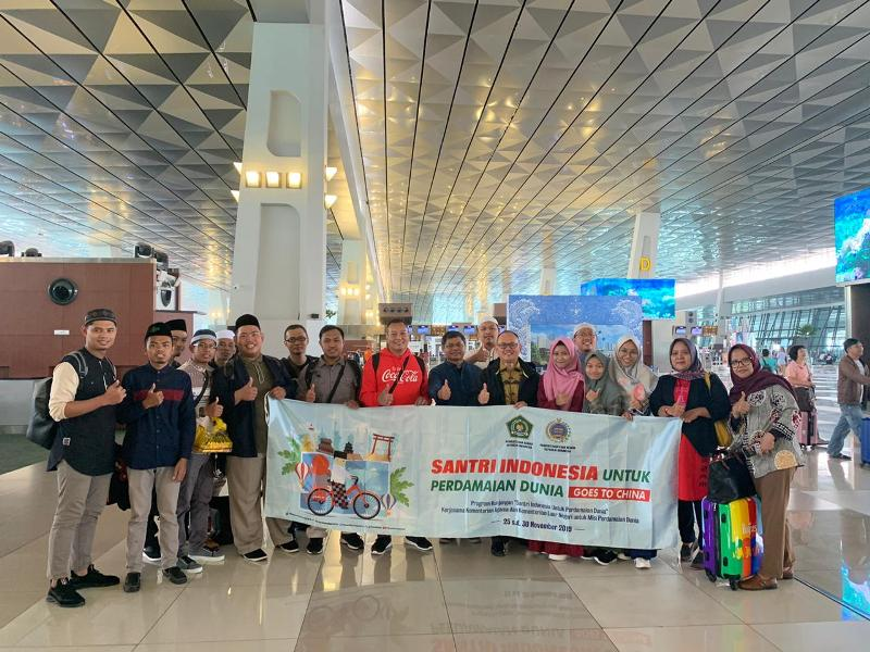 https: img-o.okeinfo.net content 2019 11 25 18 2134340 berangkatkan-10-santri-perdamaian-ke-china-indonesia-tepis-stigma-islam-yang-radikal-zvfl2uTGTJ.jpeg