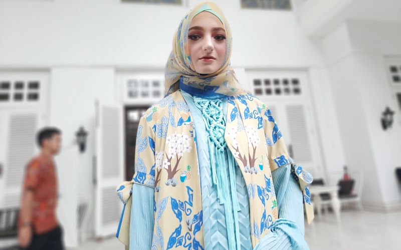 https: img-o.okeinfo.net content 2019 11 26 194 2134797 pameran-di-miami-fashion-week-jeny-tjahyawati-bawa-bawa-batik-dan-songket-SF8SVTvXn8.jpg