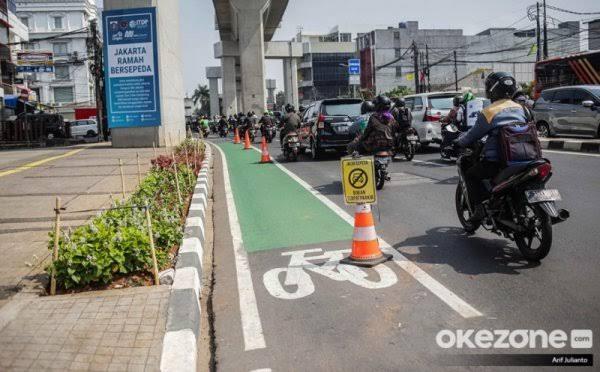 https: img-o.okeinfo.net content 2019 11 26 338 2134489 polisi-tilang-66-pelanggar-jalur-sepeda-paling-banyak-di-sekitar-balai-kota-dki-KInnAnwujq.jpg