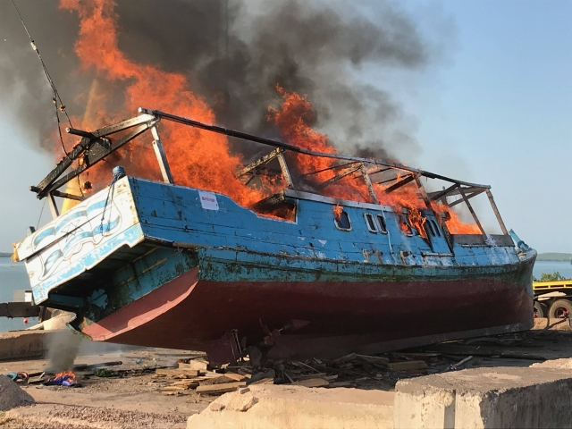 https: img-o.okeinfo.net content 2019 11 27 18 2135003 australia-bakar-kapal-nelayan-indonesia-yang-membawa-sirip-hiu-ilegal-Rty1lge1NJ.jpg
