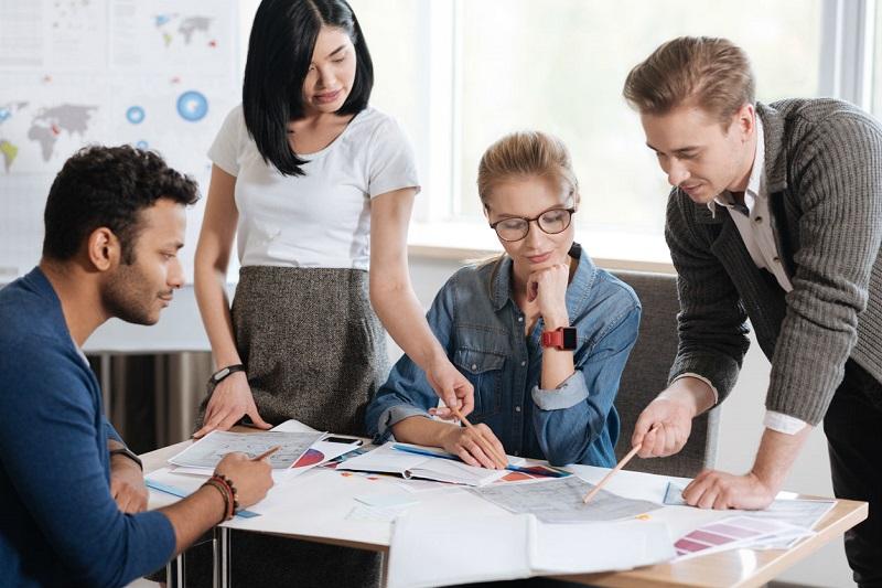 https: img-o.okeinfo.net content 2019 11 27 196 2135268 bersaing-di-dunia-kerja-milenial-harus-miliki-skill-lebih-dalam-meraih-kesuksesan-DhEQ3U7Dmn.jpg