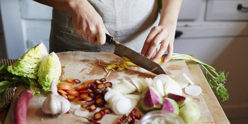 https: img-o.okeinfo.net content 2019 11 27 298 2135037 moms-jangan-takut-eksperimen-masak-sehat-untuk-keluarga-di-rumah-z1as5vPH95.jpg