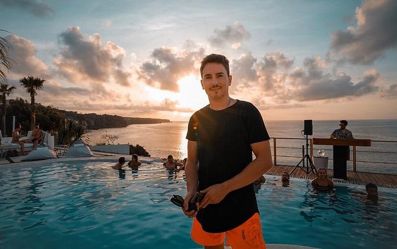 https: img-o.okeinfo.net content 2019 11 27 406 2135064 4-potret-liburan-jorge-lorenzo-di-bali-berenang-asyik-sampai-pamer-tubuh-atletis-C0rfsniKhV.jpg