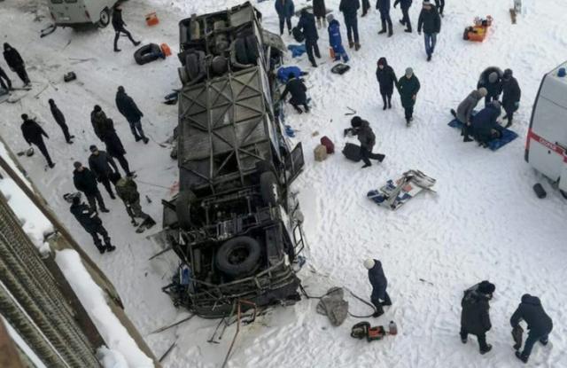 https: img-o.okeinfo.net content 2019 12 02 18 2136963 bus-jatuh-ke-sungai-yang-membeku-di-siberia-19-orang-tewas-ocuw7n2HrP.jpg