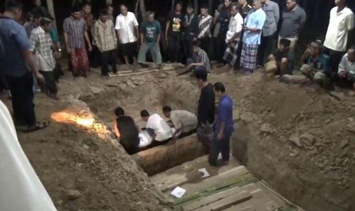 https: img-o.okeinfo.net content 2019 12 02 337 2136790 6-jenazah-korban-kecelakaan-tol-cipali-dikubur-dalam-satu-liang-lahat-ki9qCxZBkh.JPG