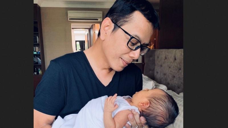 https: img-o.okeinfo.net content 2019 12 02 612 2136903 pulang-dinas-wishnutama-gendong-bayi-netizen-adem-lihatnya-ocWXnIfIcu.jpg