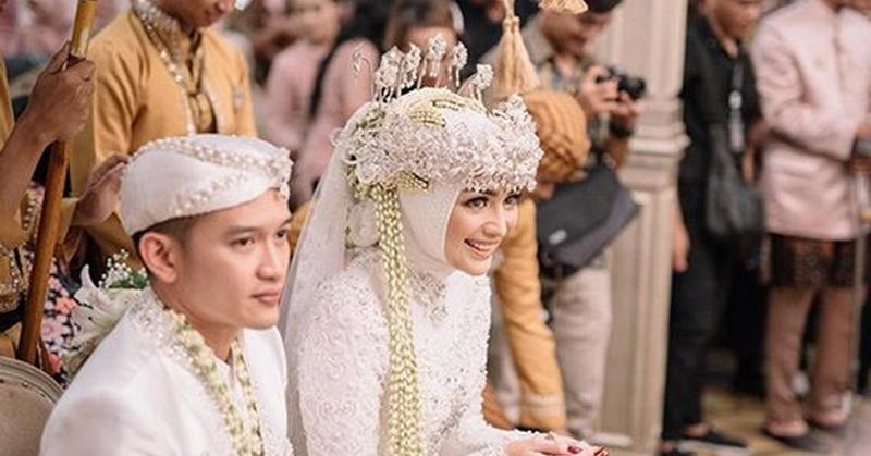 https: img-o.okeinfo.net content 2019 12 03 33 2137309 saweran-jadi-momen-seru-pernikahan-citra-kirana-dan-rezky-aditya-pndO9Wr18T.jpg