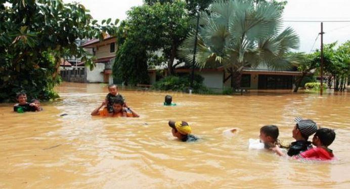 https: img-o.okeinfo.net content 2019 12 03 340 2137214 banjir-rendam-13-desa-di-aceh-barat-korban-sakit-diangkut-tandu-VF2eG8cl0M.JPG