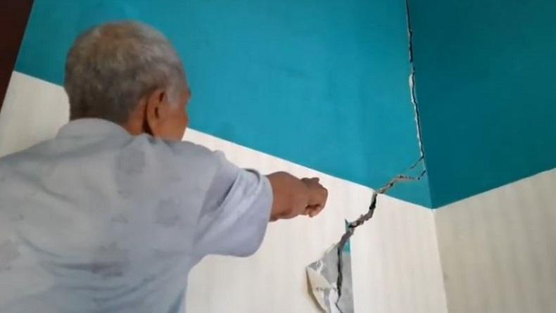 https: img-o.okeinfo.net content 2019 12 05 525 2138318 ratusan-rumah-di-tasikmalaya-rusak-akibat-pergerakan-tanah-8MObQYv5nL.JPG