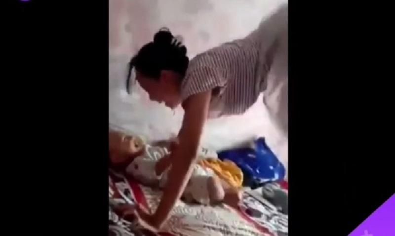 https: img-o.okeinfo.net content 2019 12 05 612 2138499 demi-membuat-bayinya-tertawa-mamah-muda-ini-menggila-di-atas-kasur-dNfCMT0MNU.jpg