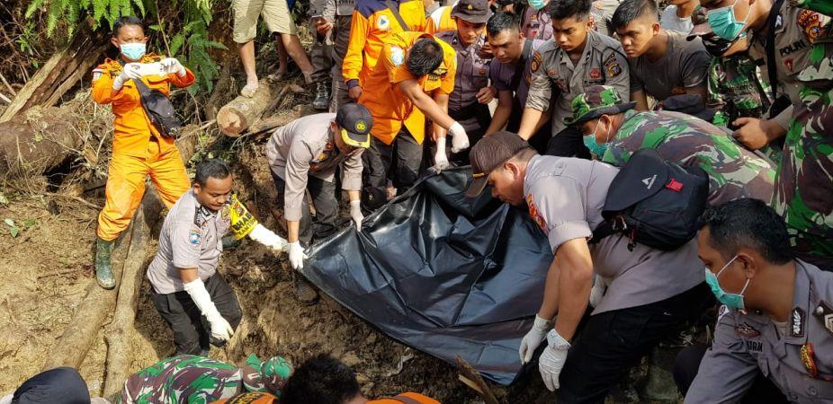https: img-o.okeinfo.net content 2019 12 06 340 2138881 jasad-ayah-anak-korban-longsor-di-riau-ditemukan-di-kedalaman-2-meter-LJOTik5kv4.jpg