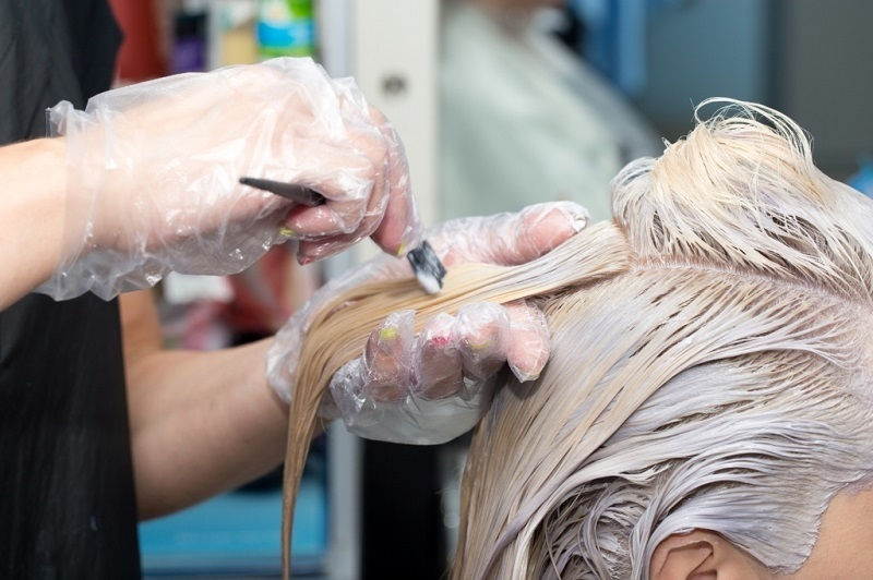 https: img-o.okeinfo.net content 2019 12 06 611 2138822 pakai-bleaching-rambut-murahan-kulit-kepala-gadis-ini-melepuh-oTSc1qTJwI.jpg