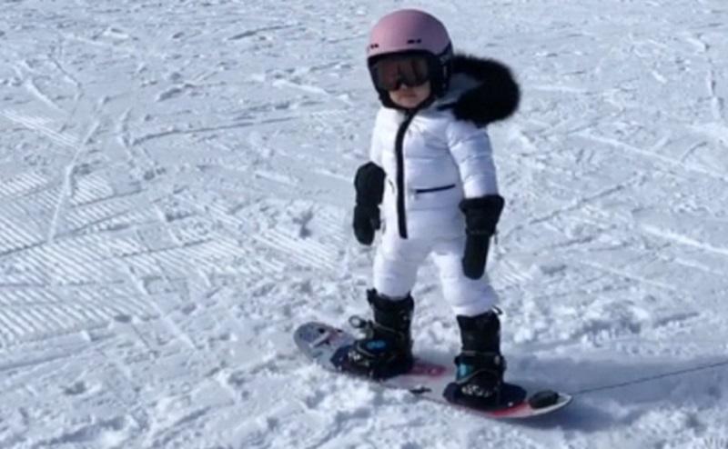 https: img-o.okeinfo.net content 2019 12 07 196 2139093 kylie-jenner-senang-anak-bisa-meluncur-di-atas-salju-ChzPFBvjHE.jpg