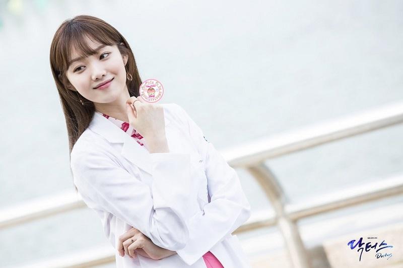 https: img-o.okeinfo.net content 2019 12 11 33 2140803 aksi-lee-sung-kyung-jadi-dokter-dalam-romantic-doctor-kim-2-Acu23khdBh.jpg