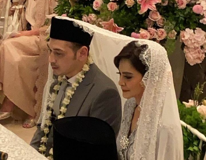 https: img-o.okeinfo.net content 2019 12 12 33 2141242 dekorasi-pernikahan-cut-tari-di-dominasi-warna-silver-34tUkxrMK6.jpg