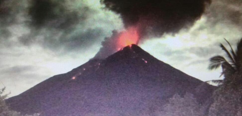 https: img-o.okeinfo.net content 2019 12 12 340 2140883 aktivitas-guguran-lava-pijar-dan-gempa-gunung-karangetang-masih-tinggi-EVEXr9s4uI.jpg