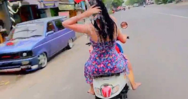 https: img-o.okeinfo.net content 2019 12 13 519 2141764 diamankan-polisi-2-wanita-yang-mandi-sambil-kendarai-motor-minta-maaf-l9F4vk368l.jpg