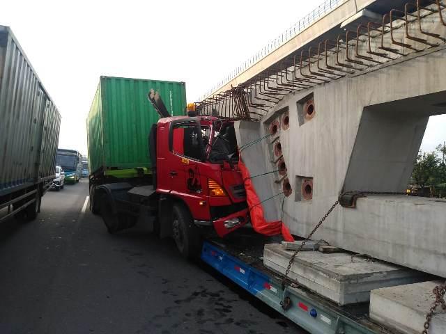 https: img-o.okeinfo.net content 2019 12 19 338 2143690 kontainer-tabrak-truk-beton-di-tol-jagorawi-lalu-lintas-tersendat-y5eeE8io34.jpg