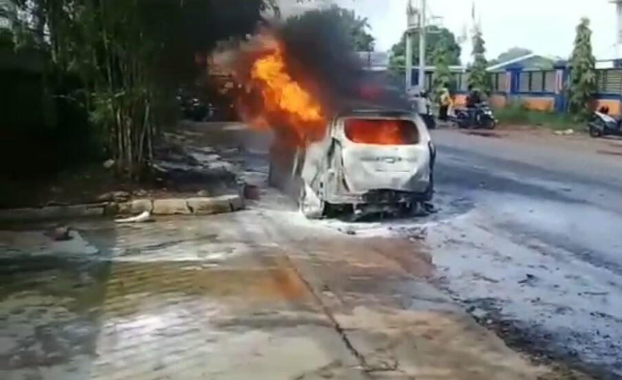 https: img-o.okeinfo.net content 2019 12 20 338 2144299 bawa-jeriken-bensin-minibus-di-bogor-meledak-dan-hangus-terbakar-5U9f3xILHt.jpg