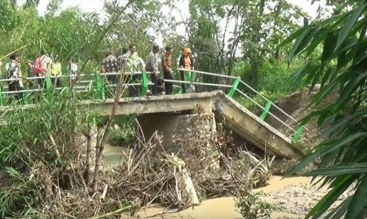 https: img-o.okeinfo.net content 2019 12 27 519 2146480 jembatan-di-bojonegoro-ambruk-diterjang-banjir-bandang-ratusan-warga-terisolir-FFmxaag8BU.JPG