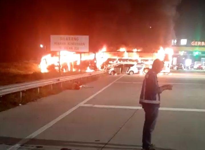 https: img-o.okeinfo.net content 2019 12 29 512 2147037 bus-terbakar-di-gerbang-tol-kalikangkung-diduga-akibat-rem-blong-nrJlMCFMIl.jpg