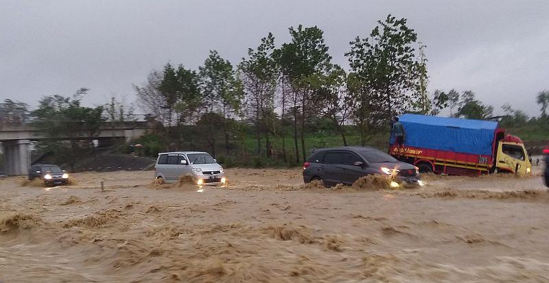 https: img-o.okeinfo.net content 2019 12 31 525 2147958 ini-penyebab-banjir-di-tol-cipali-km-136-9WUtOYrkVN.jpg
