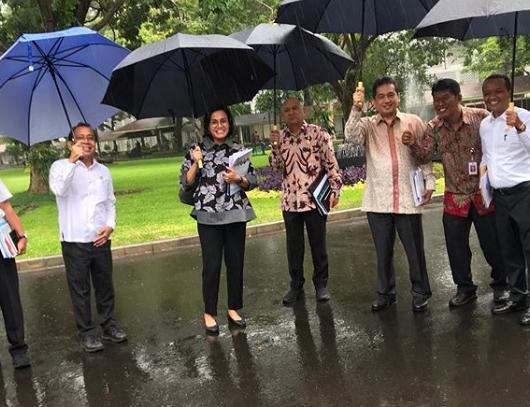https: img-o.okeinfo.net content 2020 01 06 20 2149932 hujan-hujanan-ini-gaya-sri-mulyani-pegang-payung-di-sidang-kabinet-pertama-2020-T5T9WoUxIK.png