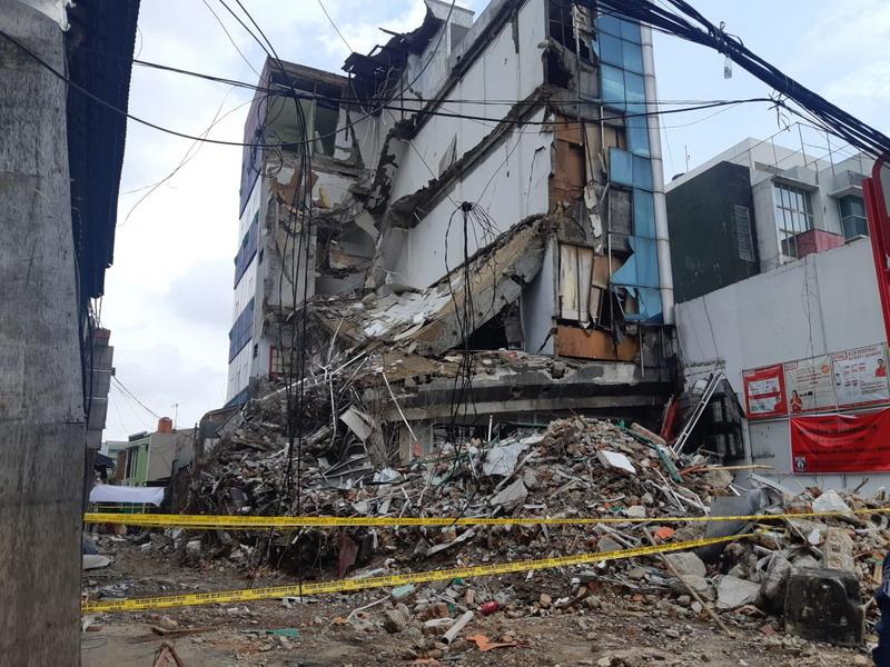 https: img-o.okeinfo.net content 2020 01 07 338 2150157 gedung-yang-roboh-di-slipi-harus-diratakan-dengan-tanah-sore-ini-fwp9hpC8Fb.jpg