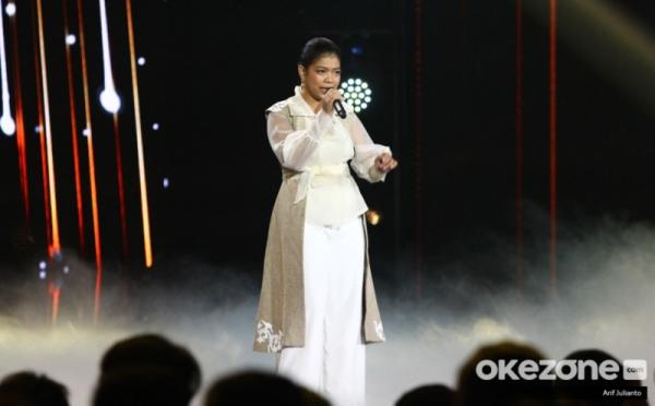 https: img-o.okeinfo.net content 2020 01 07 598 2150019 raih-standing-ovation-tangis-ainun-pecah-di-indonesian-idol-2020-hCG0Ymqam5.jpg