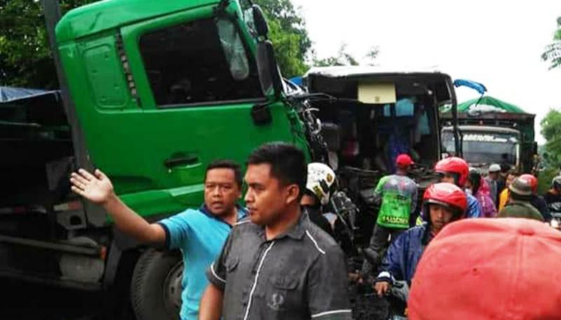 https: img-o.okeinfo.net content 2020 01 11 519 2151852 bus-rombongan-bidan-terlibat-kecelakaan-dengan-truk-satu-tewas-43-luka-jfiITUXGHH.jpg