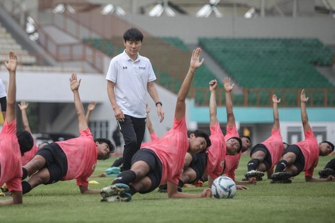 https: img-o.okeinfo.net content 2020 01 14 51 2152687 bisa-bikin-cedera-shin-tae-yong-kritik-rumput-stadion-wibawa-mukti-WoDtXQwuRB.jpg