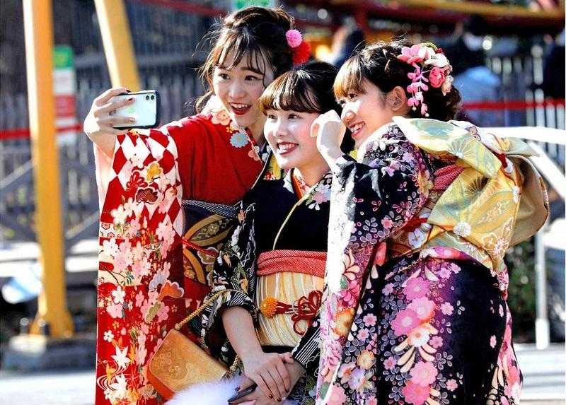 https: img-o.okeinfo.net content 2020 01 17 406 2154352 potret-muda-mudi-jepang-pakai-kimono-warna-warni-rayakan-hari-kedewasaan-y2FmlapF6P.jpg