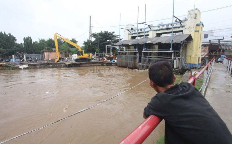 https: img-o.okeinfo.net content 2020 01 18 338 2154651 pintu-air-manggarai-siaga-3-warga-di-bantaran-sungai-diimbau-mengungsi-GSoJmfckc2.jpg